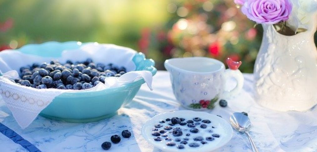 Blueberries and cream is a smart snack to stabilize blood sugars